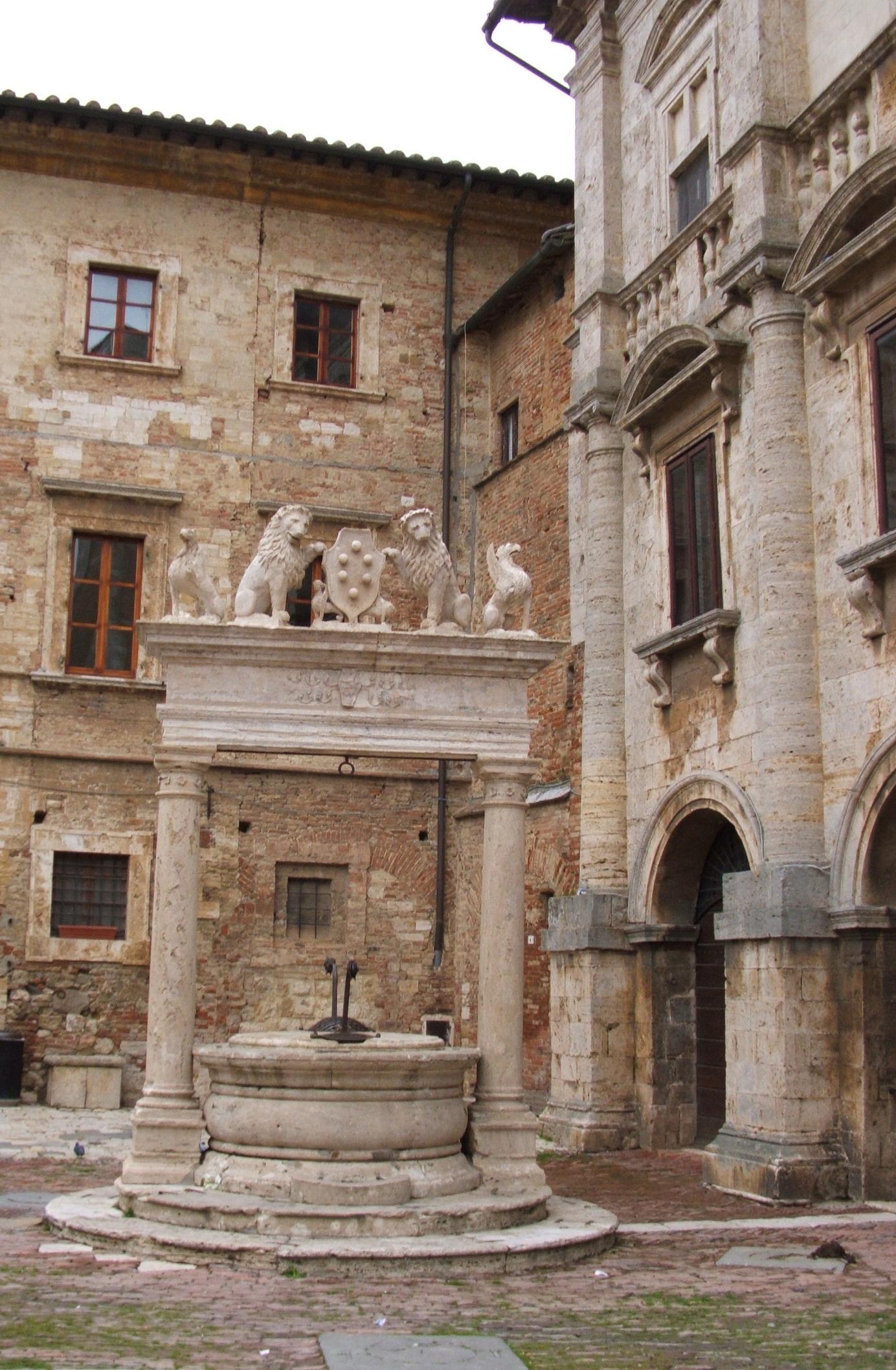 La citt di montepulciano for Palazzi davvero grandi